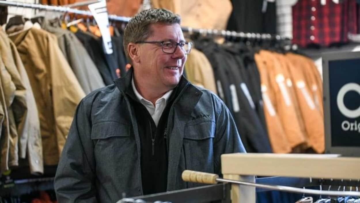 Scott Moe ne porte pas le masque alors qu'il se trouve dans un magasin.