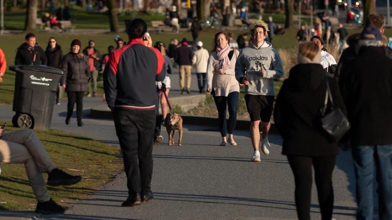 Des coureurs et marcheurs entassés sur le sentier Seawall à English Bay, à Vancouver, le mercredi 25 mars 2020.
