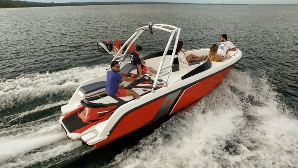 Motomarine dans une embarcation.