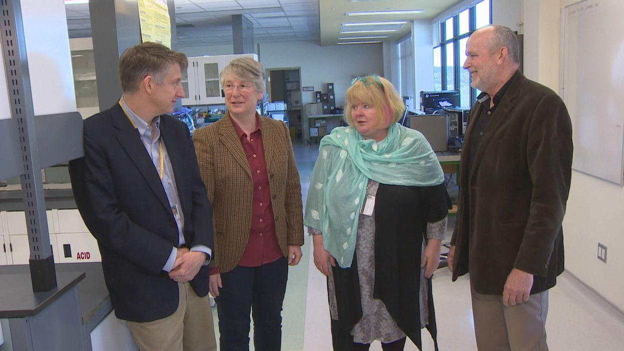 Sean Connors, Terry-Lynn Young, Kathy Hodgkinson et Daryl Pullman dans un laboratoire.