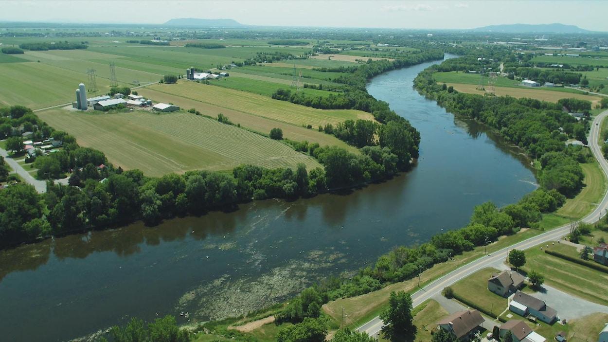 La rivière Yamaska vue des airs et quelques terres agricoles qui la bordent.