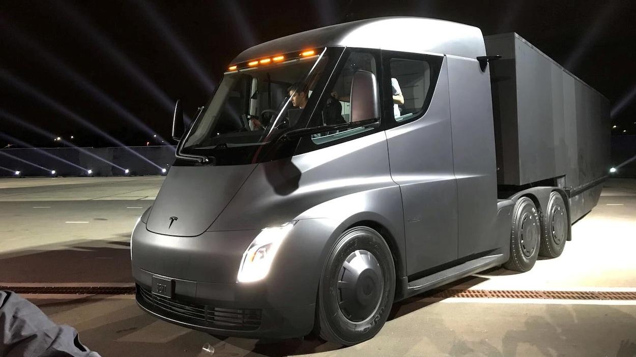 Un homme au volant du nouveau camion semi-remorque électrique de Tesla, lors d'une présentation au centre de design de la compagnie, à Hawthorne, en Californie