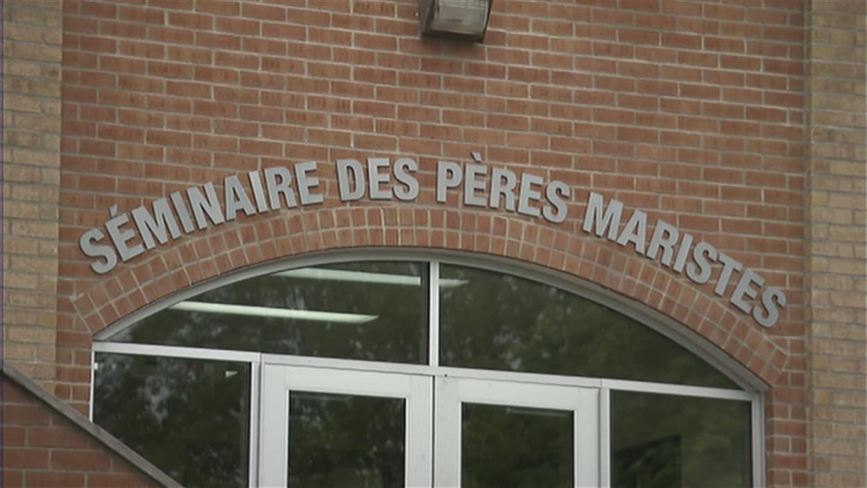 Entrée principale du Séminaire des Pères Maristes, à Québec. La façade de l'établissement est en brique. L'inscription « Séminaire des Pères Maristes » apparaît au-dessus de la double porte vitrée.