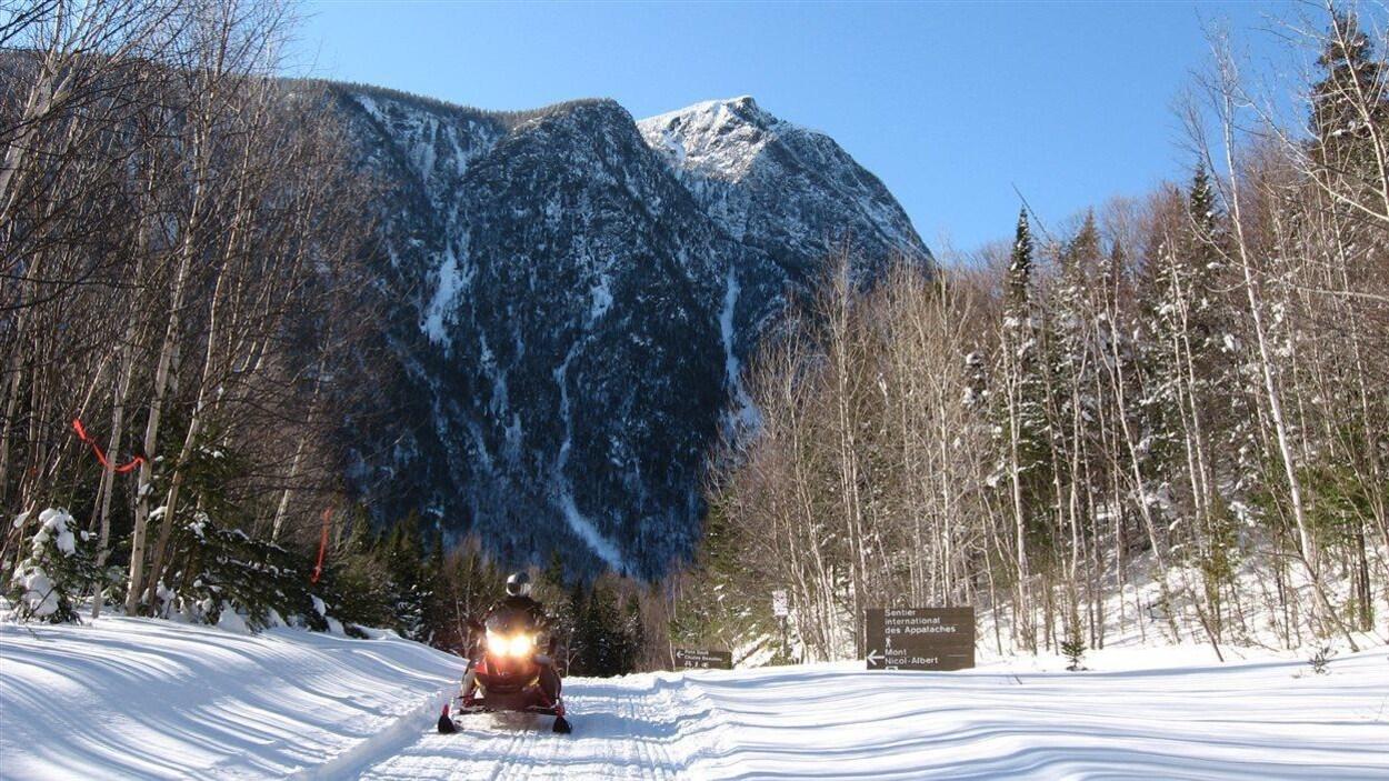 Sentier de motoneige gaspésien longeant les montagnes