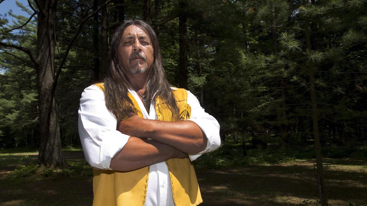 Serge Simon, grand chef de Kanesatake, devant la pinède d'Oka.
