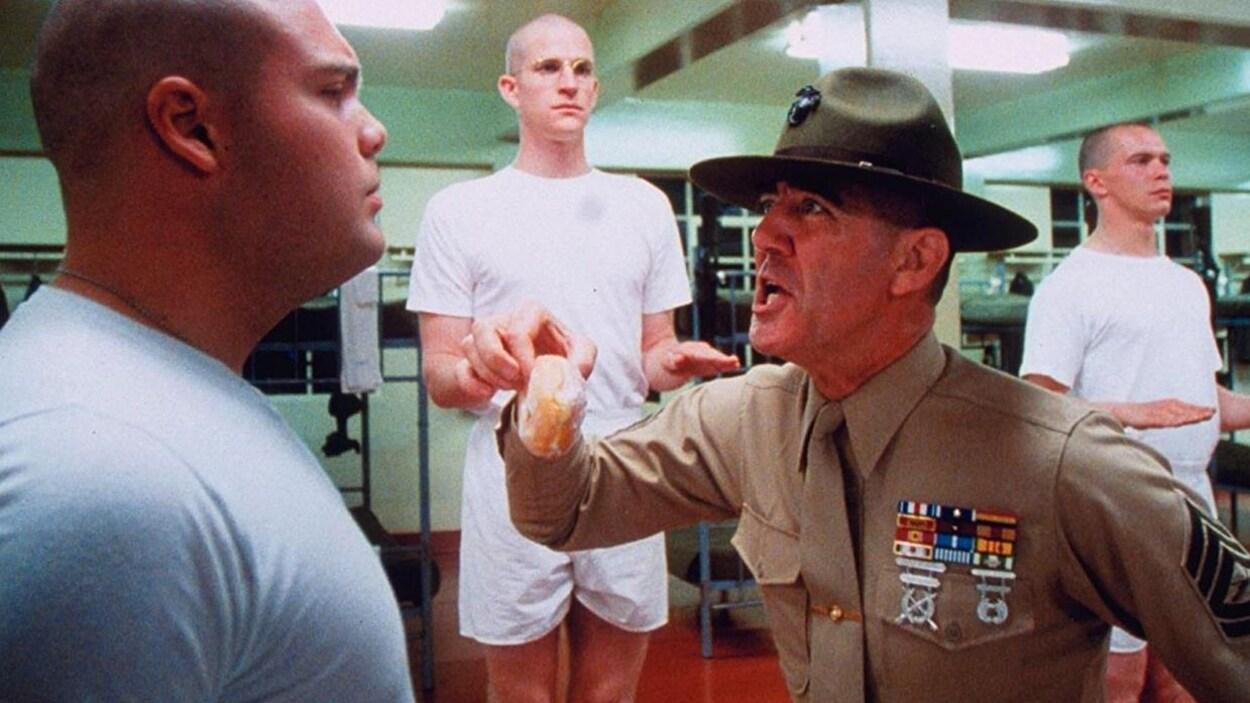 Le sergent Hartman, joué par R. Lee Ermey, maltraite des nouvelles recrues dans une scène du film  Full Metal Jacket .