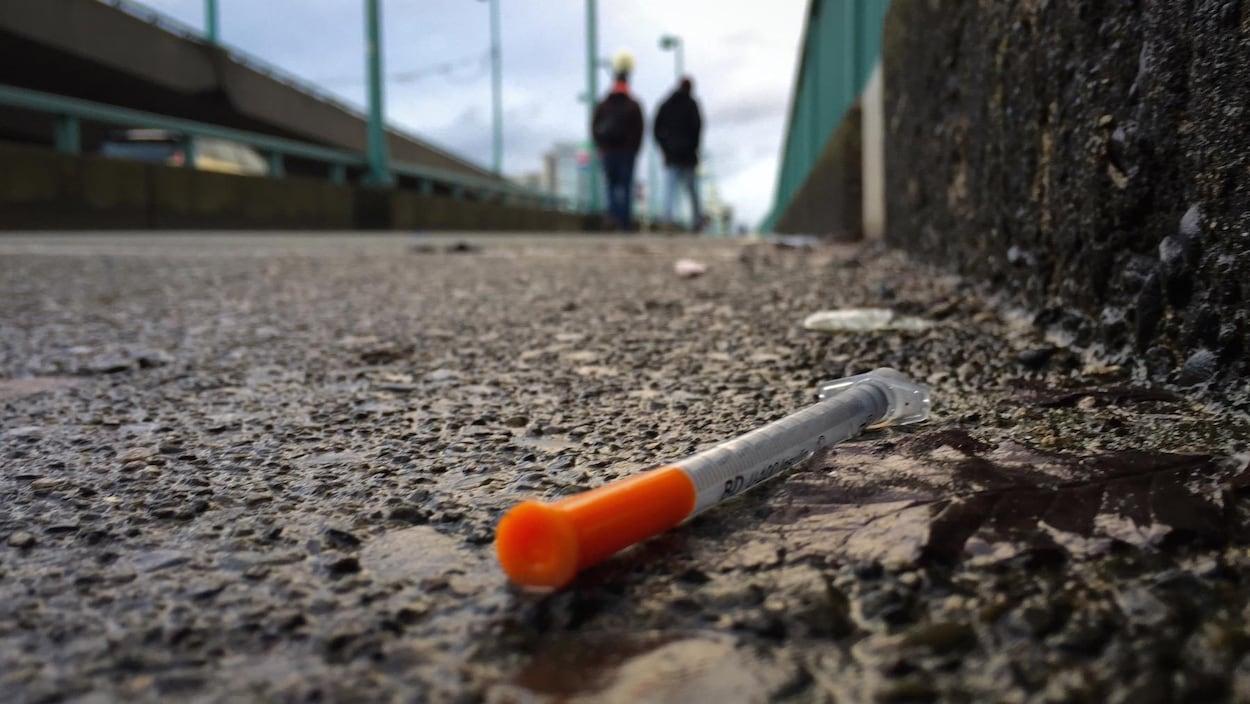 Photo d'une seringue usagée sur le pont Cambie à Vancouver.