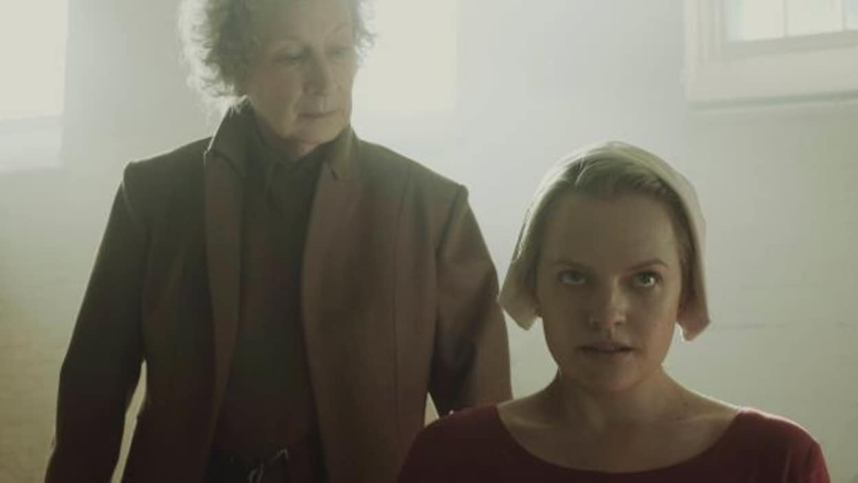 Elisabeth en nonne rouge écarlate et Margaret Atwood dans un costume.