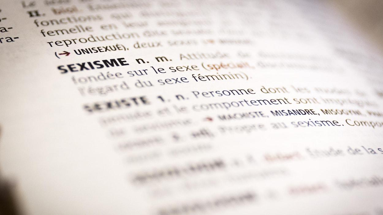 Une photo du mot sexisme et de sa définition dans un dictionnaire.
