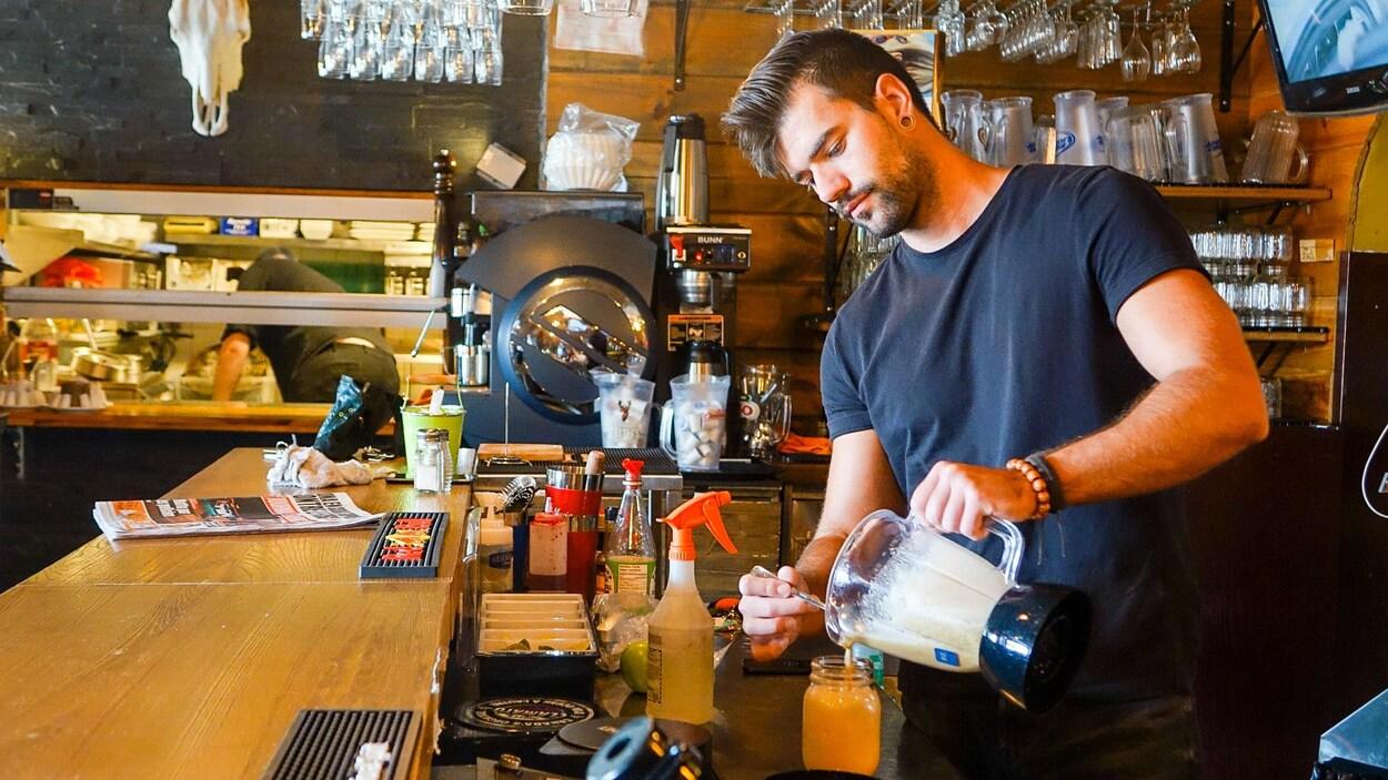 Un employé du Shack Rest-Bar