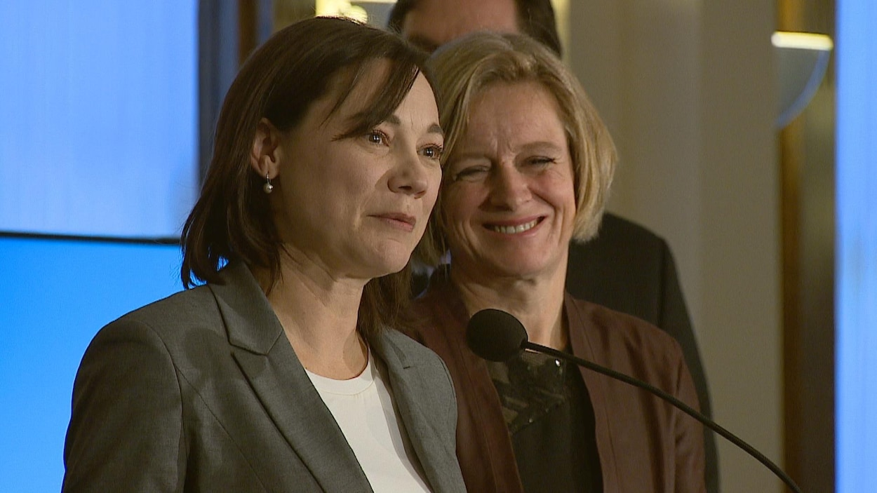 Gros plans sur les visages de la ministre de l'Environnement de l'Alberta, Shannon Philips et celui de la première ministre, Rachel Notley.