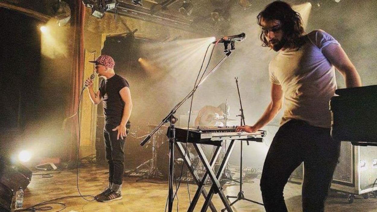 Des musiciens en spectacle sur une scène