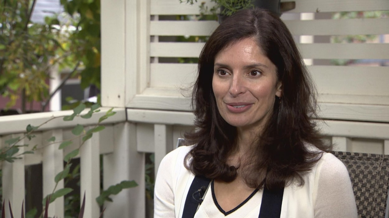 Plan moyen de Sheila Risbud assise sur une véranda pendant une entrevue.