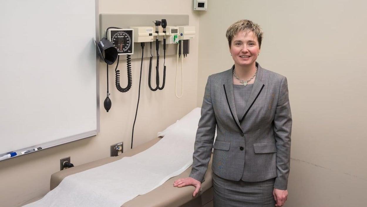 La neurologue Shelagh Coutts sourit à la caméra.