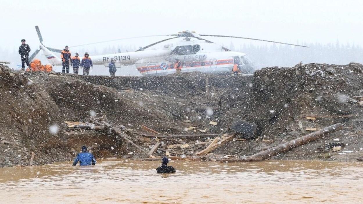 Un hélicoptère et des sauveteurs
