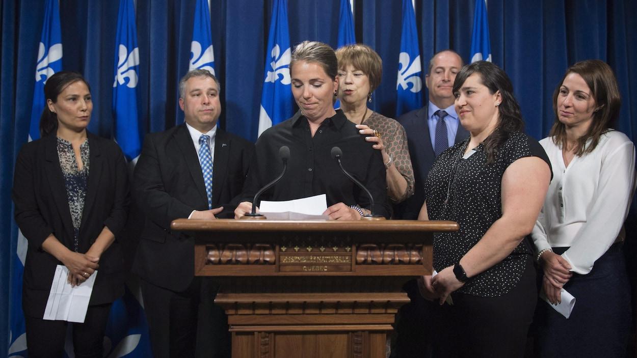 Geneviève Simard (au micro) en compagnie des anciennes skieuses Gail Kelly, Anna Prchal et Émilie Cousineau, et des ministres Sébastien Proulx et Hélène David lors d'un point de presse mardi à Québec.