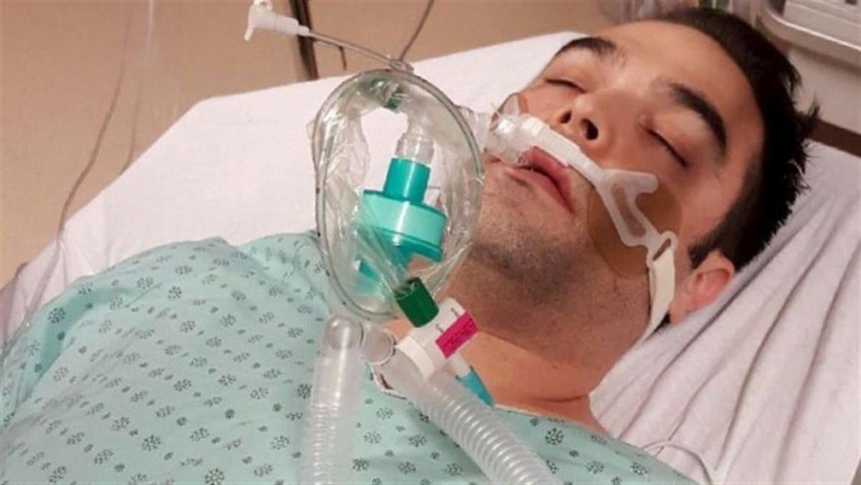 Simon-Pierre Canuel a été hospitalisé à Sherbrooke après avoir mangé du tartare de saumon. On le voit ici dans un lit d'hôpital.