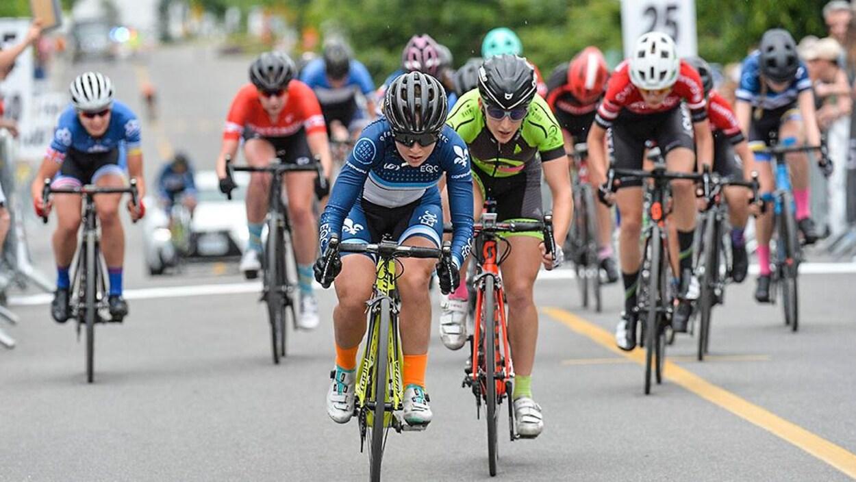 Simone Boilard (en bleue au centre) lors d'une course