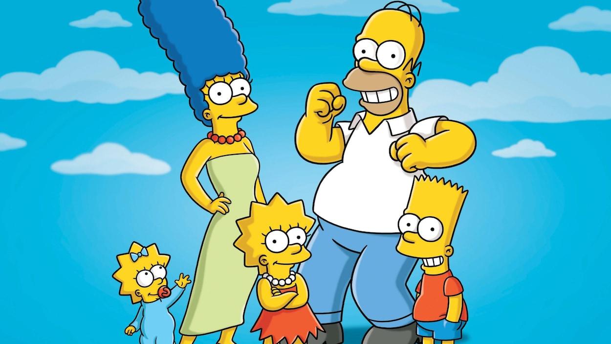 Les cinq membres de la familles se tiennent debout dans un ciel bleu.