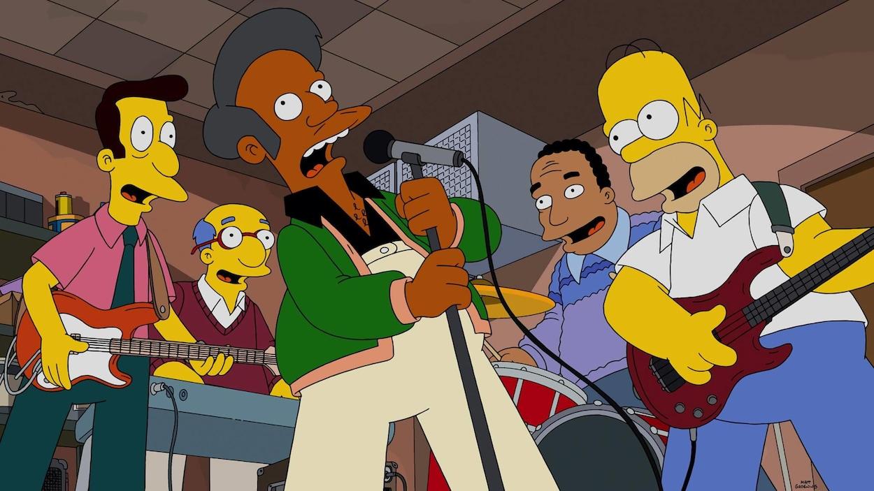 Apu chante au micro entouré d'autres personnages de série Les Simpson.