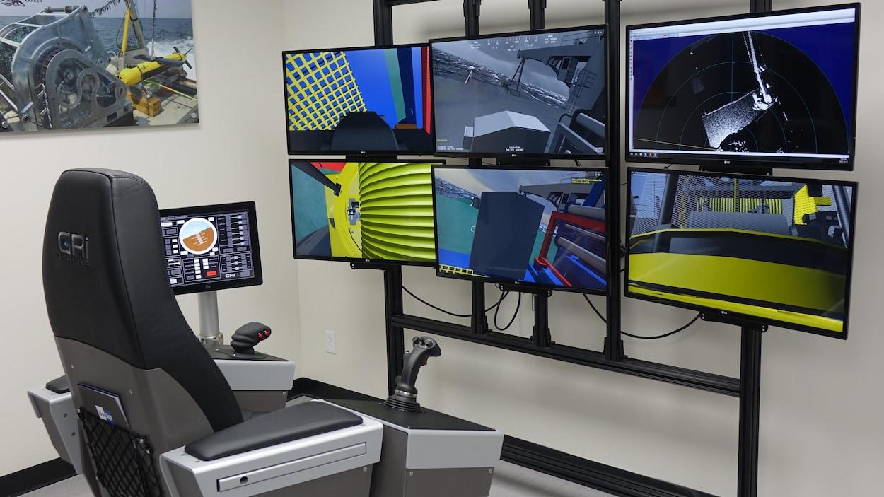 Une chaise et des manettes devant plusieurs écrans.