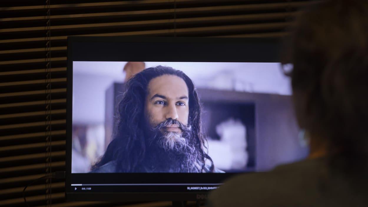 Jagmeet Singh a une longue chevelure et une longue barbe.