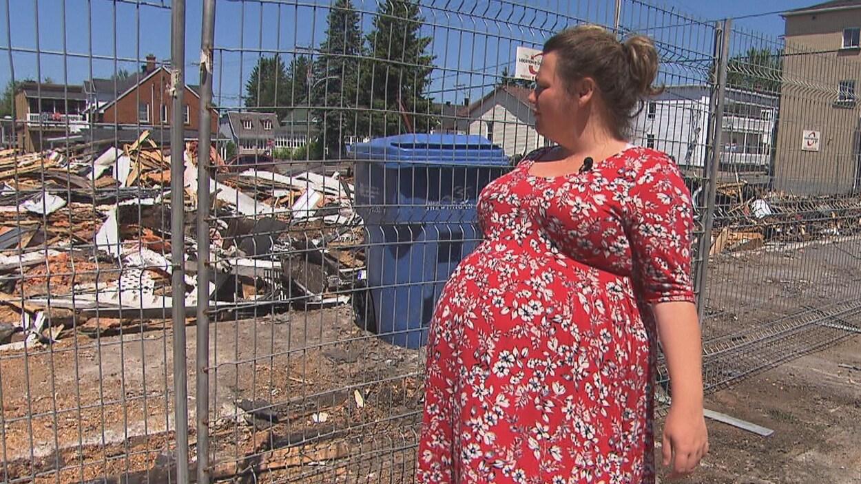 Yany Desjardins Boisvert regarde ce qu'il reste de son logement qui a été la proie des flammes
