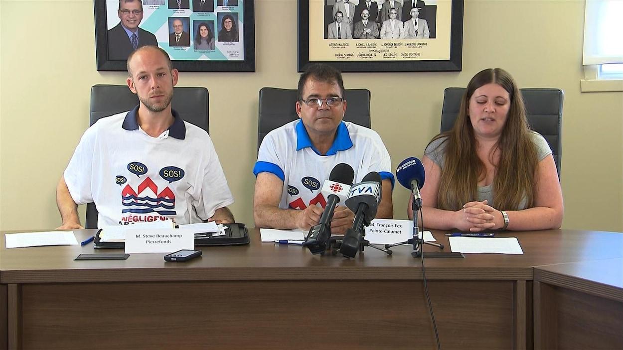 Steve Beauchamp, François Fex et Sylvie Lefebvre s'adressent aux médias lors du point de presse du 18 juillet 2017, à Pointe-Calumet.