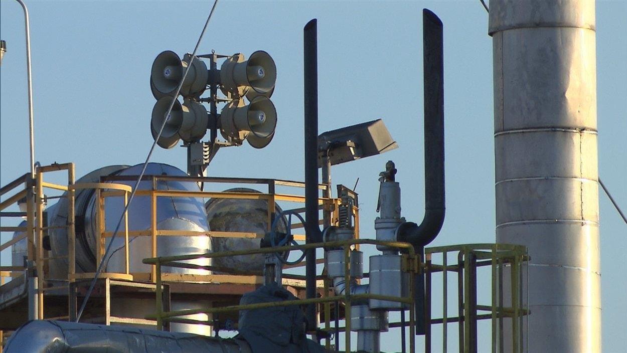 Une sirène d'alarme sur le toit d'une usine.