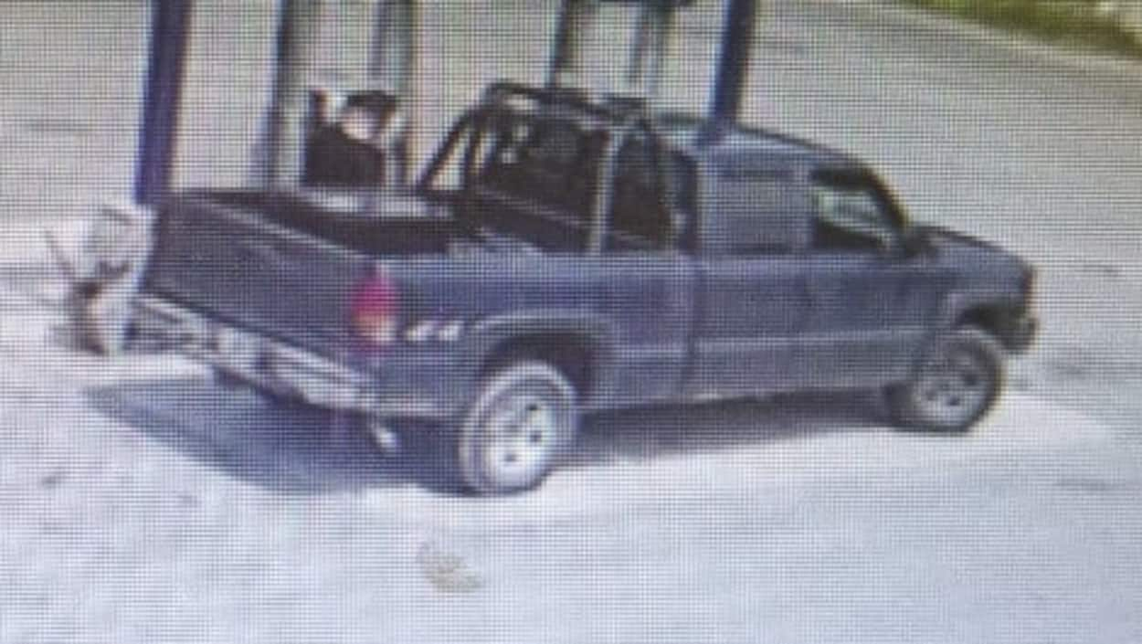 Photographie du véhicule tirée de l'enregistrement d'une caméra de surveillance à une station-service.