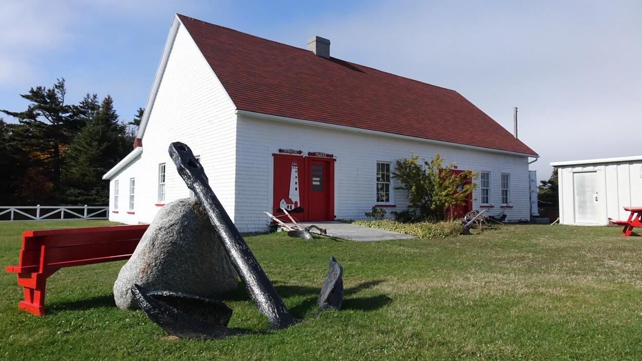Le musée est situé sur le site touristique du phare de Madeleine.