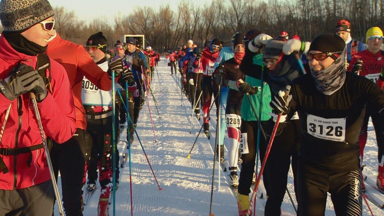 Les skieurs alignés attendent le départ de la course.