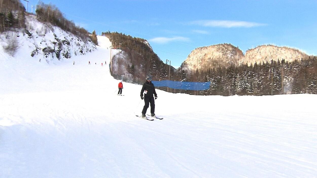 Quelques skieurs sur une pente à Gallix près de Sept-Îles