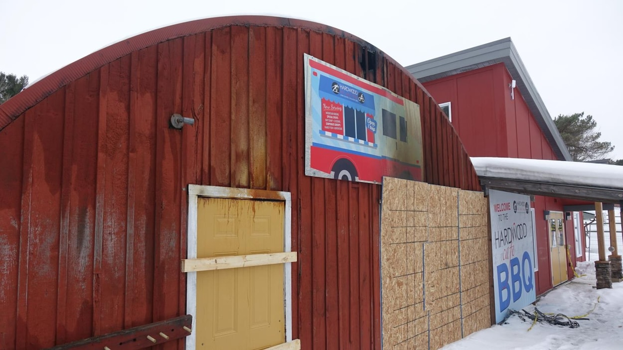 L'édifice principal du centre Hardwood Ski and Bike a été détruit par les flammes.