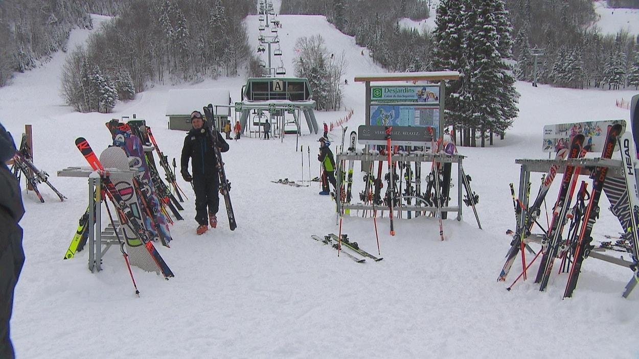 Le Mont-Édouard accueille plusieurs skieurs.