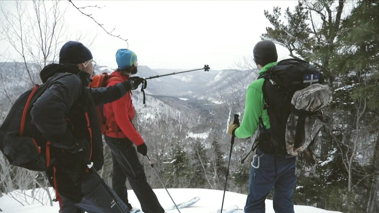 Skieurs au sommet d'une montagne regardent l'horizon