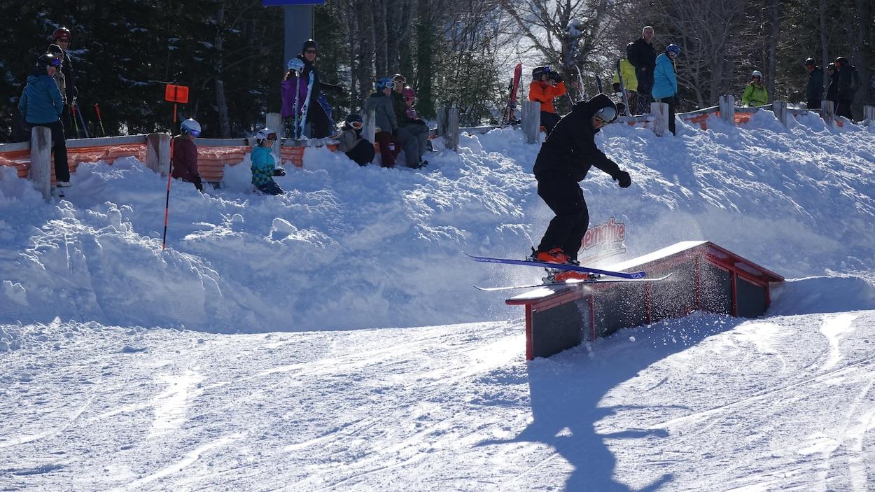 Un skieur fait une manœuvre sur une structure de métal lors du Snowmission du Mont-Comi en 2017