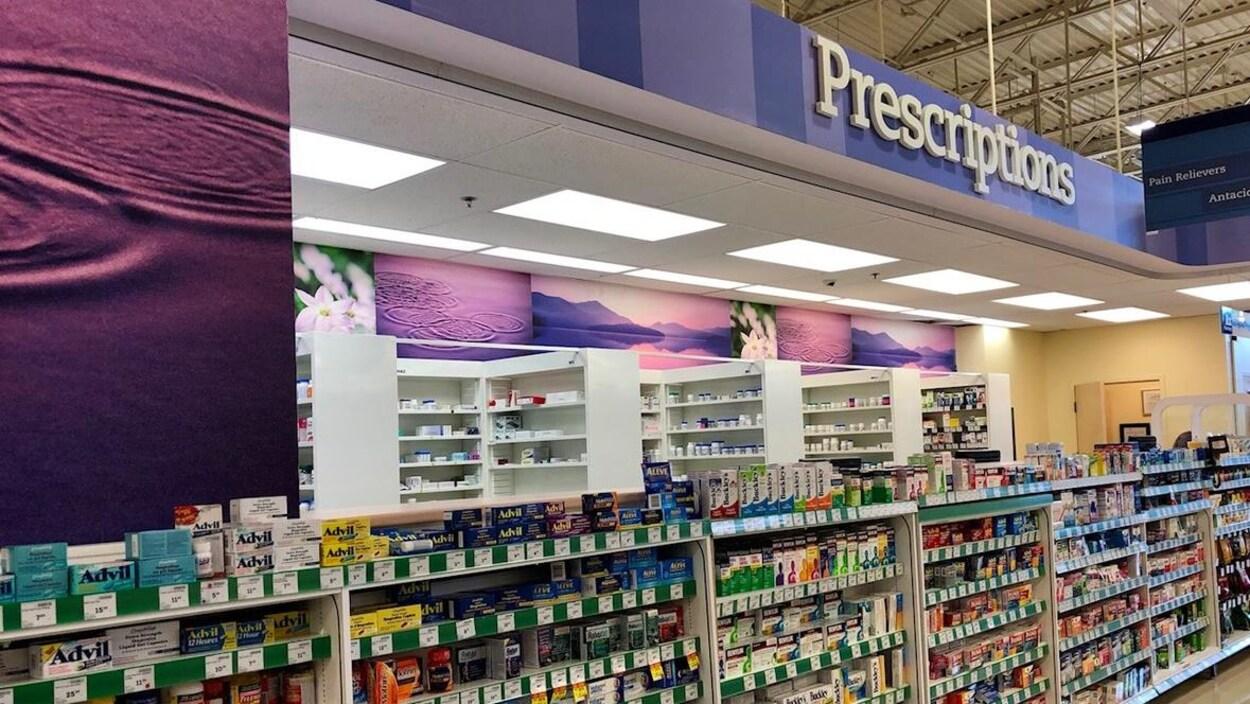 Étalage de médicaments et comptoir d'ordonnances d'une pharmacie Sobeys.