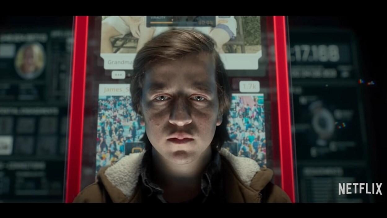 Un jeune homme regarde la caméra avec un air de zombie.
