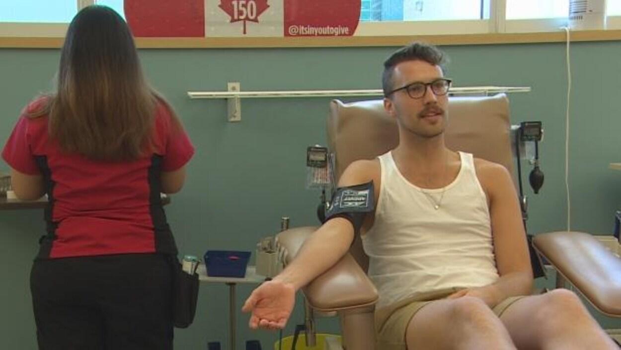 William Reimer sur une chaise et donnant du sang