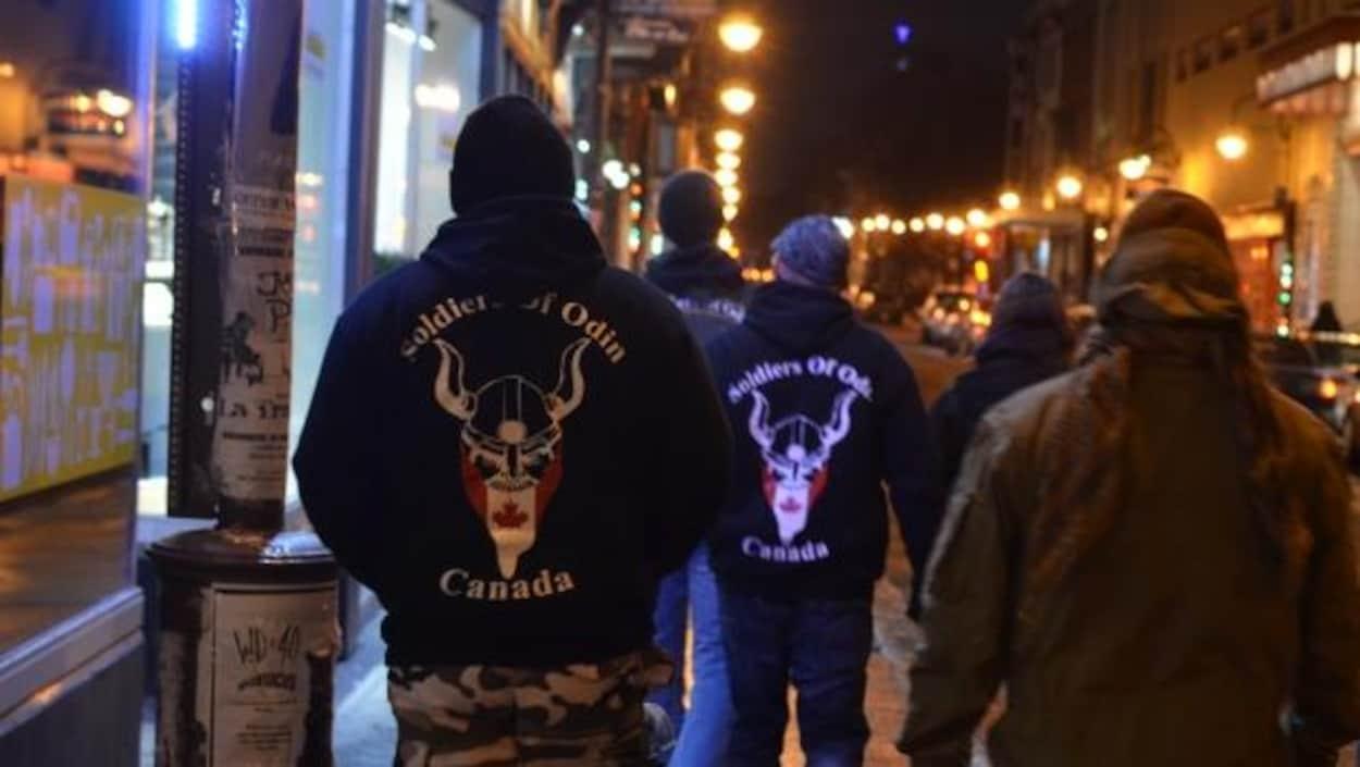 Des membres du groupe Soldiers of Odin patrouillent dans le quartier Saint-Roch.