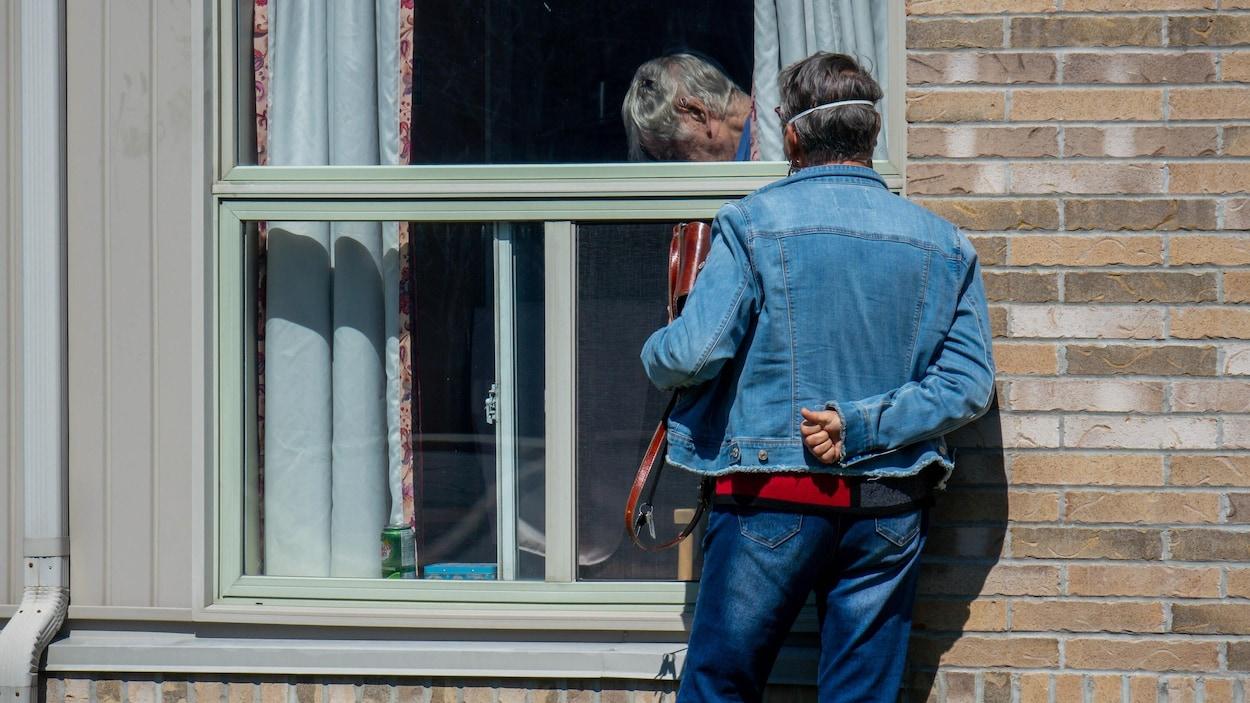 Un proche visite un résident du centre de soins de longue durée Montfort à Ottawa.