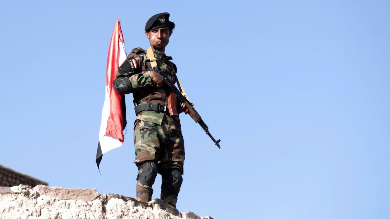 Un soldat houthi monte la garde.