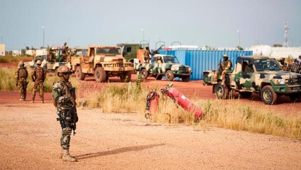 Des soldats maliens près de l'aéroport de Mopti.