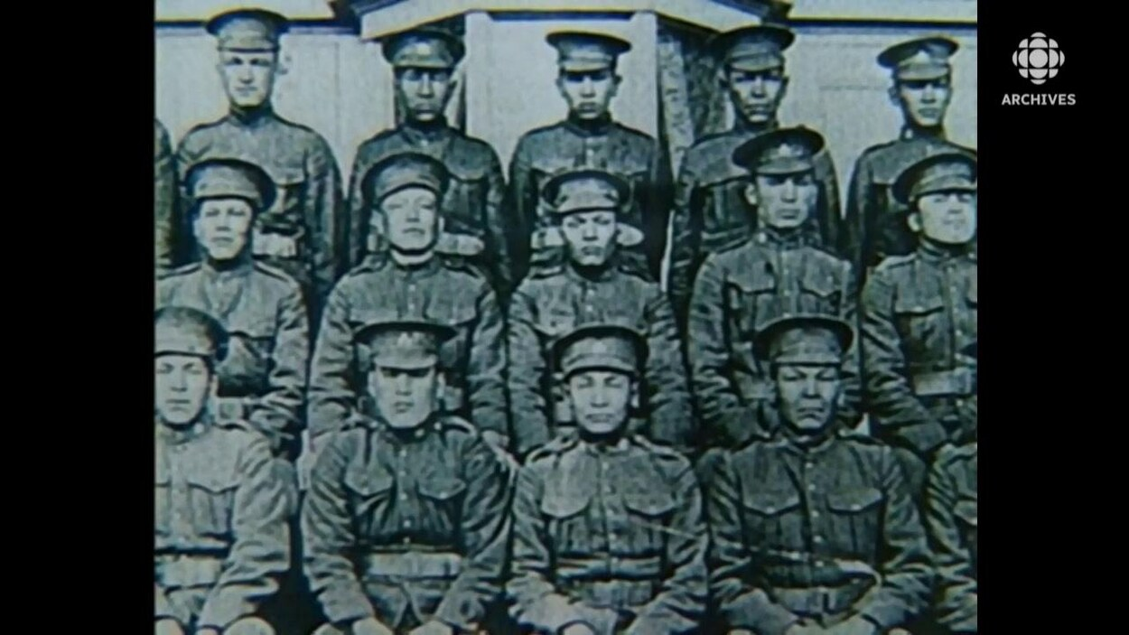 Des militaires autochtones posent en rang dans leur uniformes.