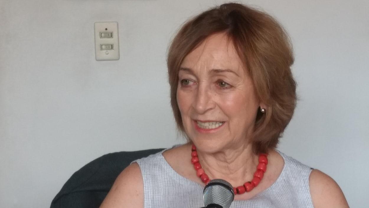 Assise dans son bureau, Soledad Loaeza.