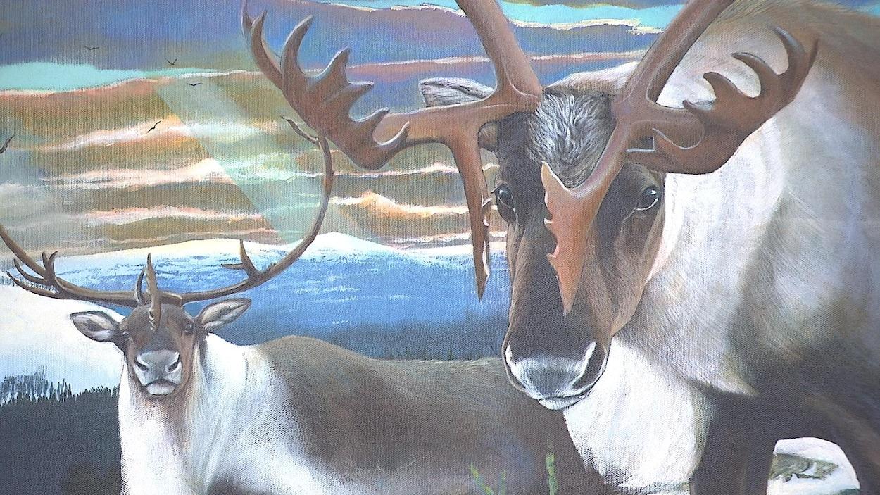 Deux caribous peints sur une toile avec à l'arrière des montagne et le ciel.