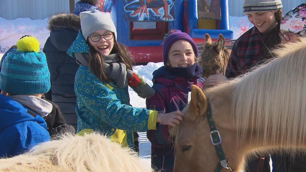 Des jeunes filles avec un cheval.
