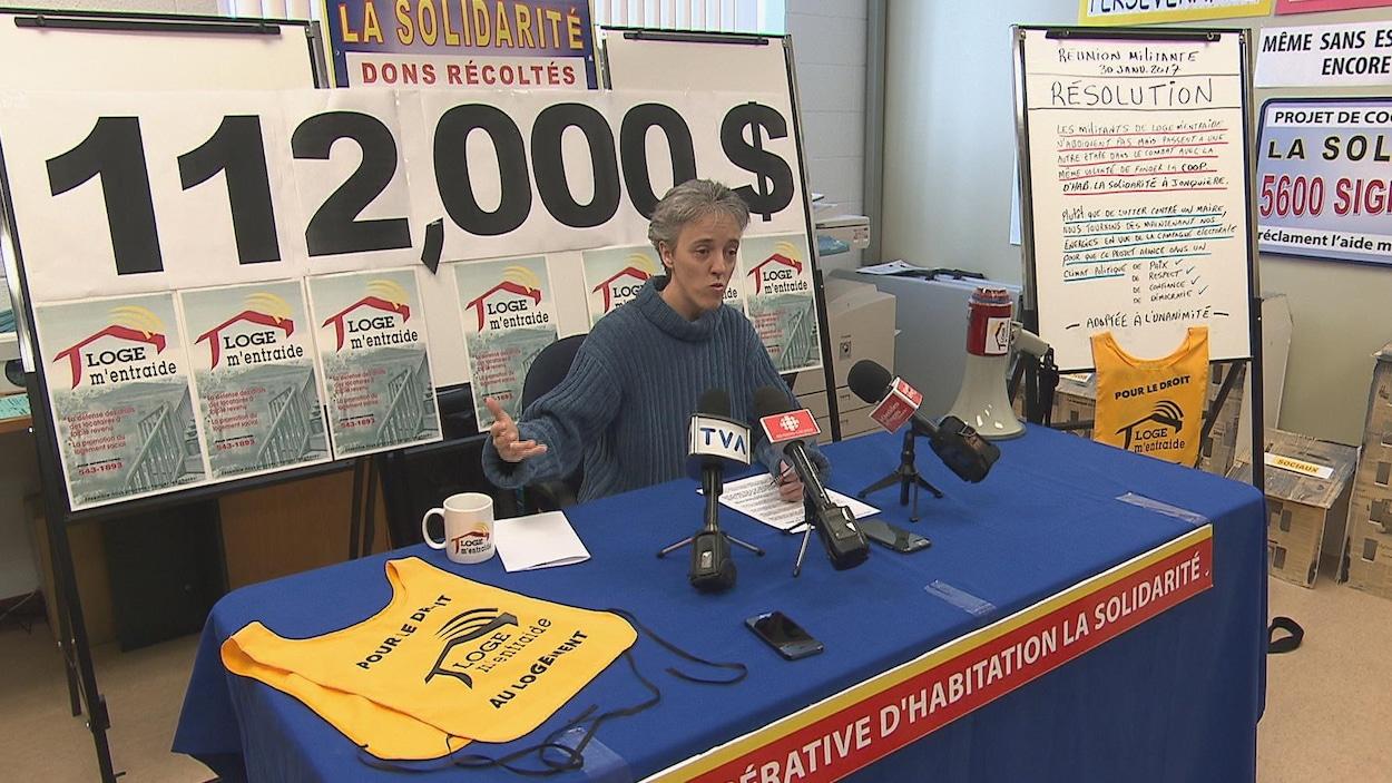 Sonia Côté s'adresse aux journalistes.