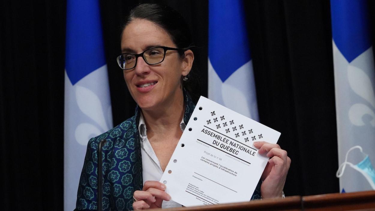 Sonia LeBel tient le projet de loi 66 dans ses mains.